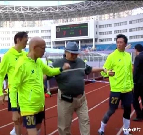 香港明星足球隊聚會: 譚詠麟站椅子上說話, 洪金寶和黃日華認真聽-圖9