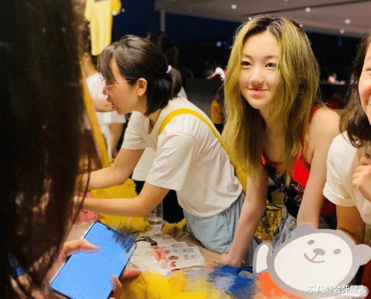 王菲女兒李嫣穿JK服, 14歲早熟露腰, 一個細節暴露她的不自信-圖13