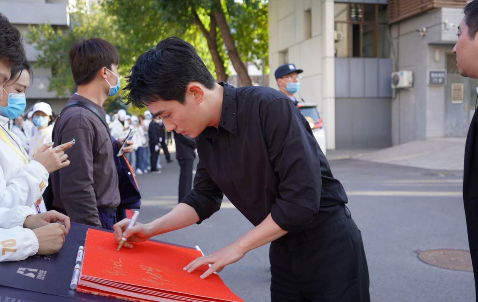 作為北電畢業生, @朱一龍 先現身母校參加70周年校慶活動-圖5