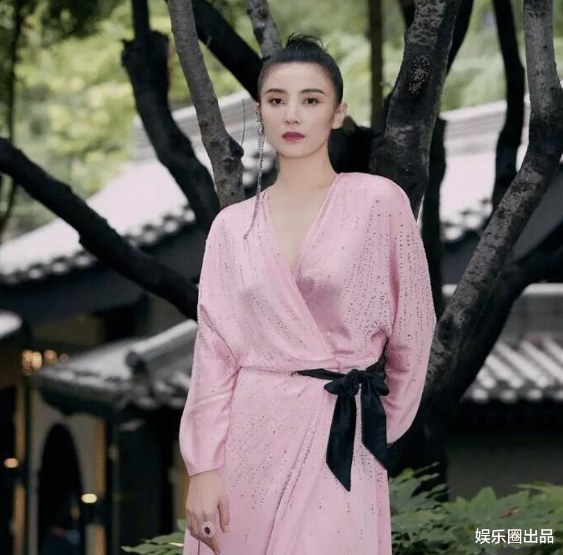終於明白為啥劉德華主動邀請她拍戲, 看到她穿粉裙的氣質, 誰不愛-圖1