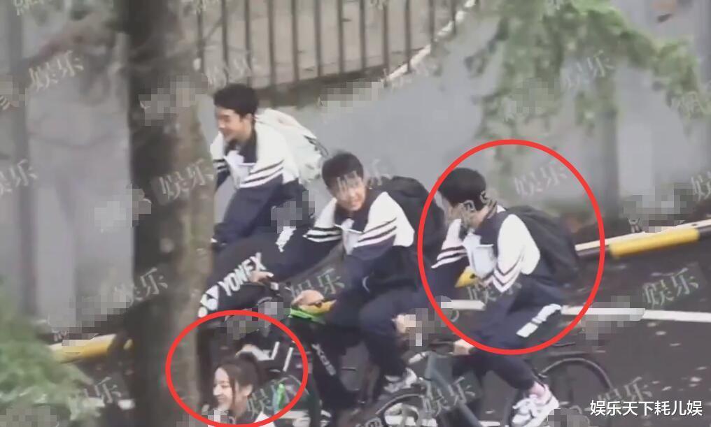 《榮耀》校服路透, 楊洋中學生嫩過肖奈, 騎自行車時註意迪麗熱巴看他的眼神-圖4