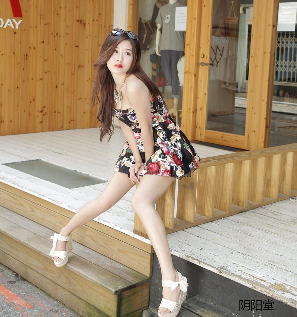 街拍碎花抹胸连衣裙小姐姐超时尚 网友: 身材美腿都一流
