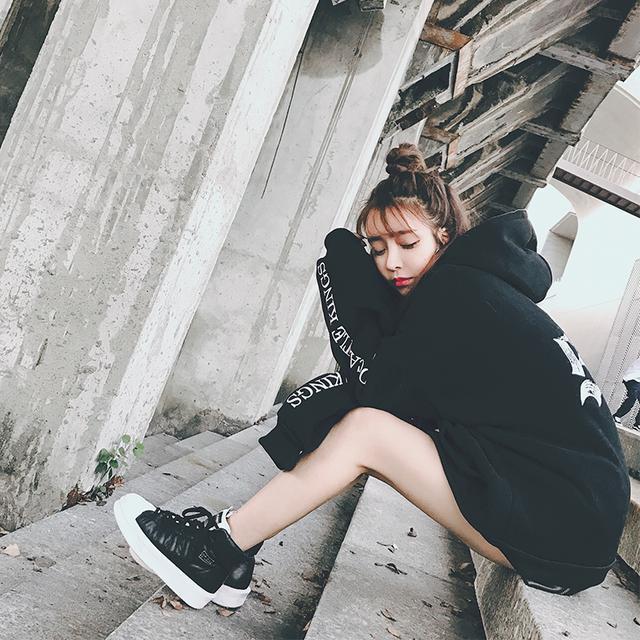 李小璐果然是时尚辣妈, 这次街拍又火了这款卫衣, 不怕冷吗 12