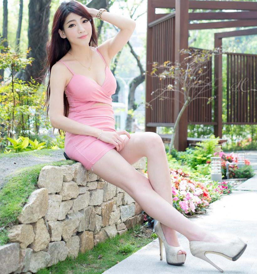 曼妙身材在连衣裙的衬托下唯美迷人, 美丽如此简单