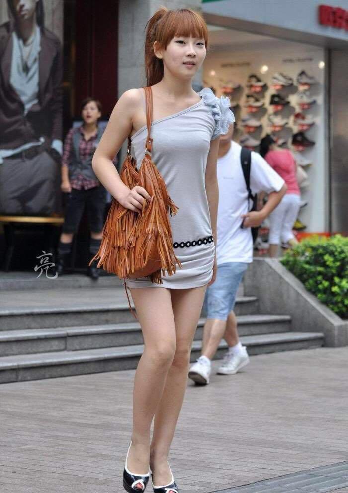 路人街拍, 穿斜肩包臀裙和闺蜜逛街的娃娃脸少女, 18岁满脸胶原蛋白