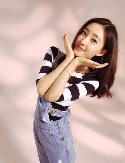 王丽坤继与林更新姐弟恋被曝后首次露面, 穿搭清新又减龄! 网友: 与林更新很搭! 8
