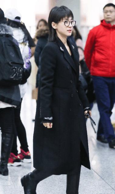 王子文穿黑色大衣, 包裹严实 网友直呼: 也就两个旺仔小馒头而已!