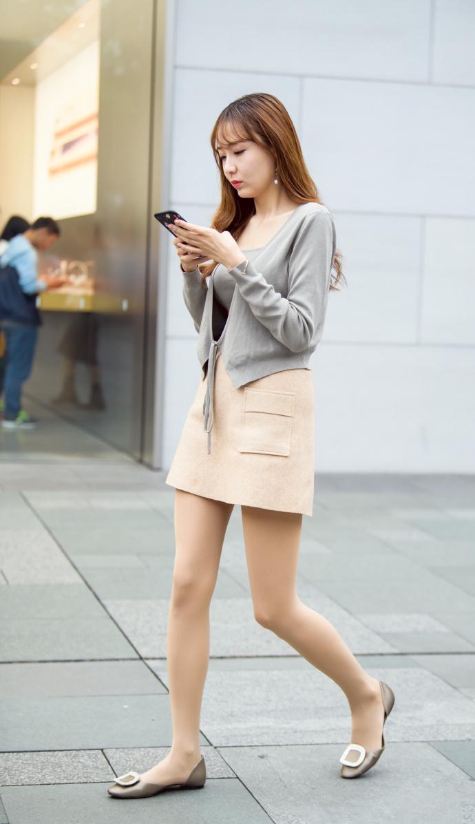 灰色背心米色短裙少妇, 韵味十足看着舒服 3