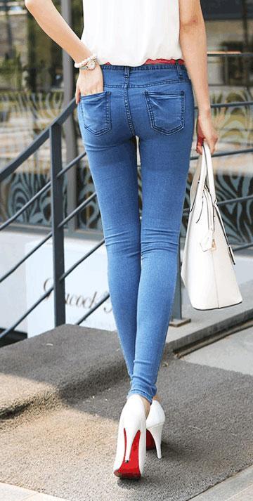 时尚紧身牛仔裤, 简单的搭配, 突出了女孩的好身材