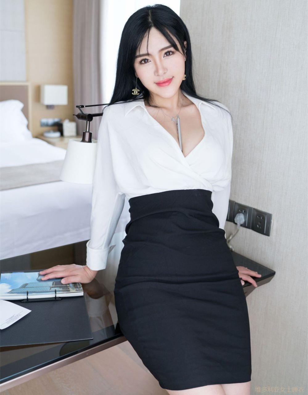 丰腴身材的女秘书穿高腰包臀裙尽显妩媚感, 老板特别赏识 1
