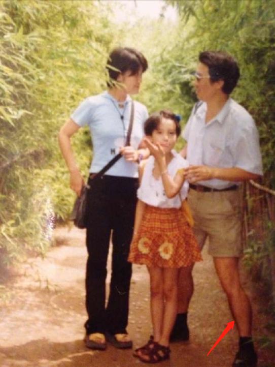 金晨曬童年與爸爸的合照, 看到爸爸的站姿, 瞬間羨慕瞭-圖3