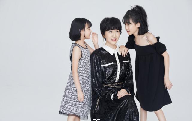 鮑蕾攜兩女兒穿親子裝拍照, 12歲貝兒眉眼長開和陸毅如復制粘貼-圖10