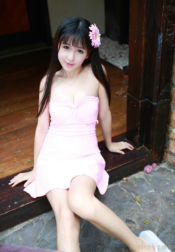 穿搭粉色抹胸连衣裙的小姐姐一脸稚气, 骨感的身材不够女人味 2