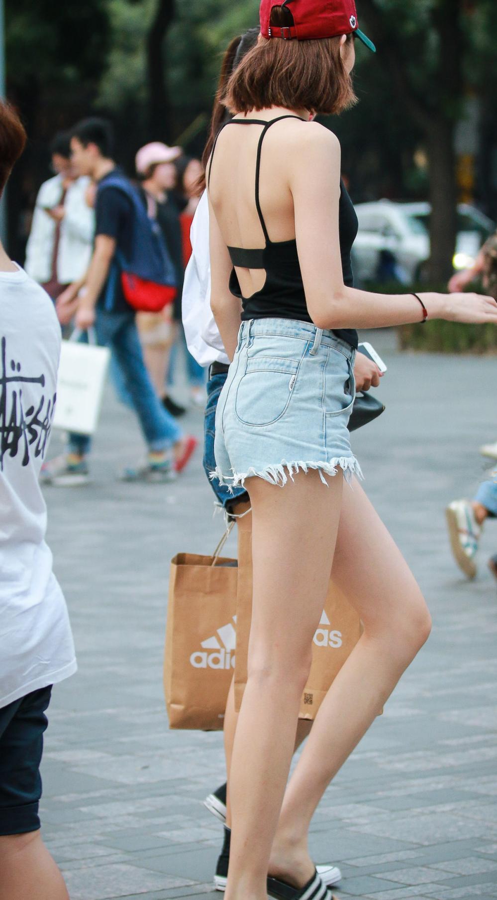 挂脖式露背上衣搭配超短裤的黄花大闺女, 1米2大长腿晳白美丽 4
