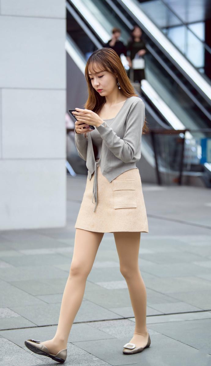 灰色背心米色短裙少妇, 韵味十足看着舒服 1