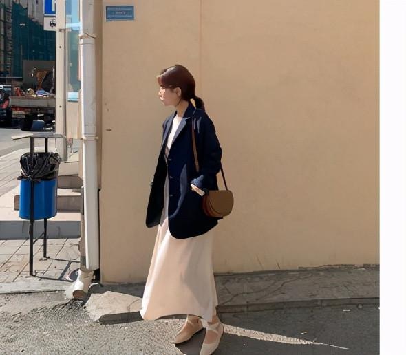 """劉詩詩產後現身, 穿""""小香風""""套裝優雅有魅力, 看不出是孩子的媽-圖6"""