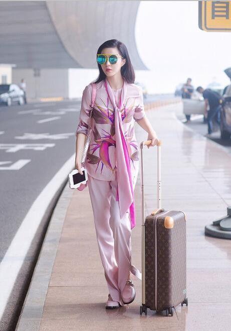 范冰冰一身粉色搭配丝巾现身机场, 网友: 真是嫩出新境界了!