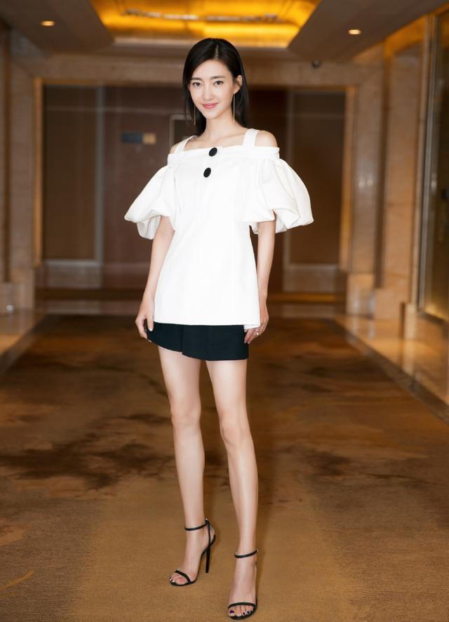 90斤的王丽坤把自己穿成筷子腿, 这一看应该还不到90斤吧? 1
