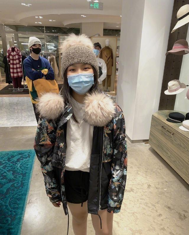 李湘陪女兒買帽子, 王詩齡戴上新帽子超開心, 笑到眼睛瞇成一條縫-圖4