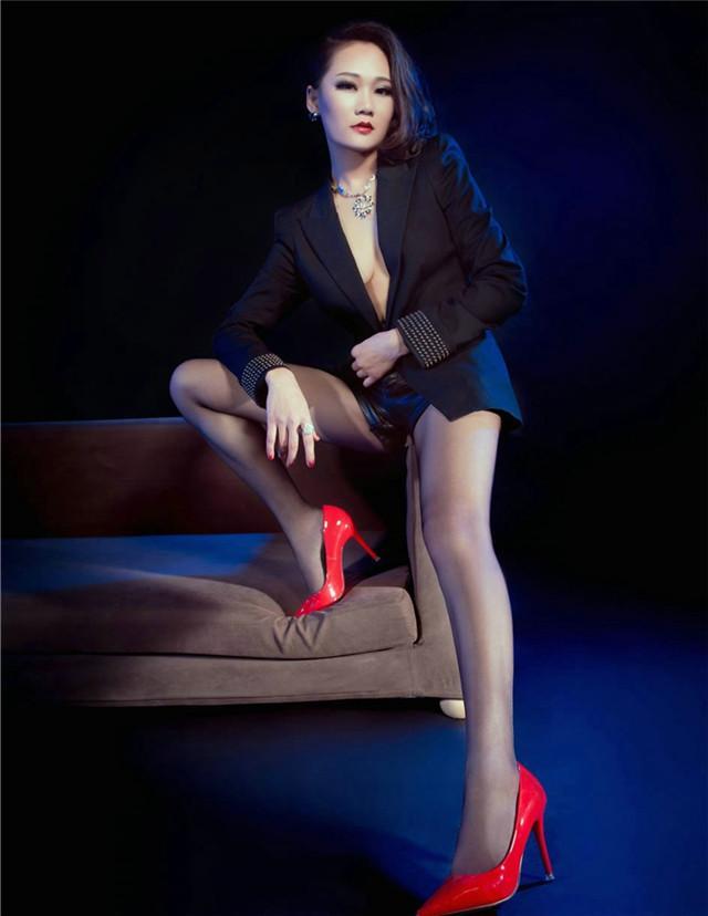 鲜艳的红色高跟鞋搭配超薄黑丝, 冷艳御姐坐姿霸气不输男人 4