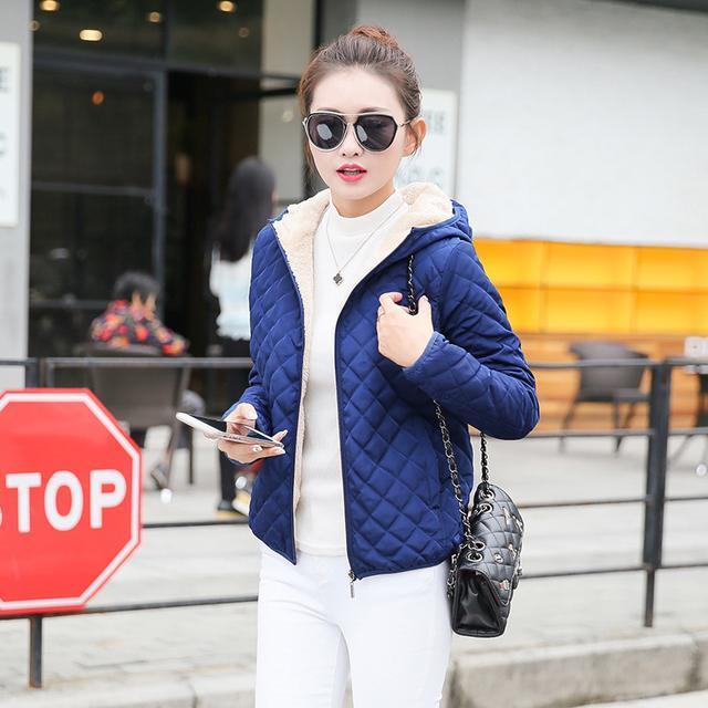 洪欣晒日本度假照, 47岁跟儿子一起像个小姑娘, 身上的外套亮了 8
