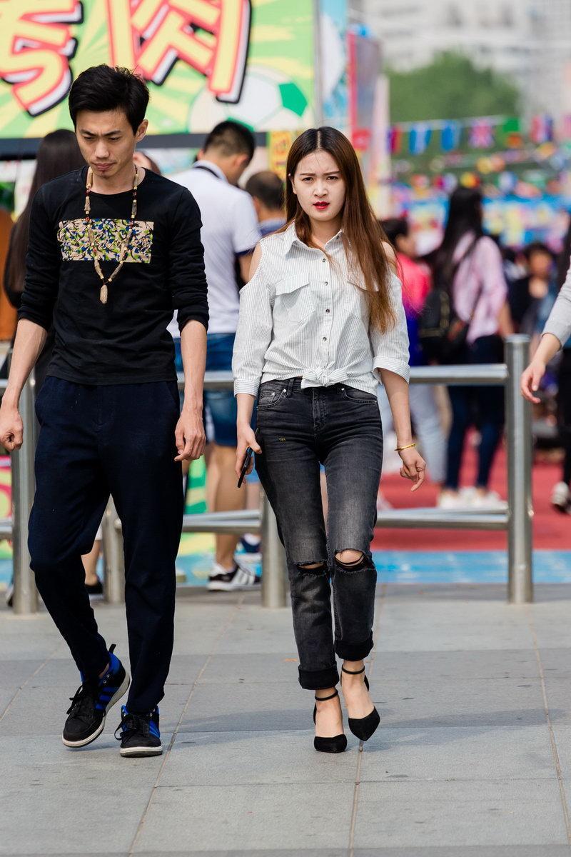 牛仔裤美女怎么表情有些不对劲呢