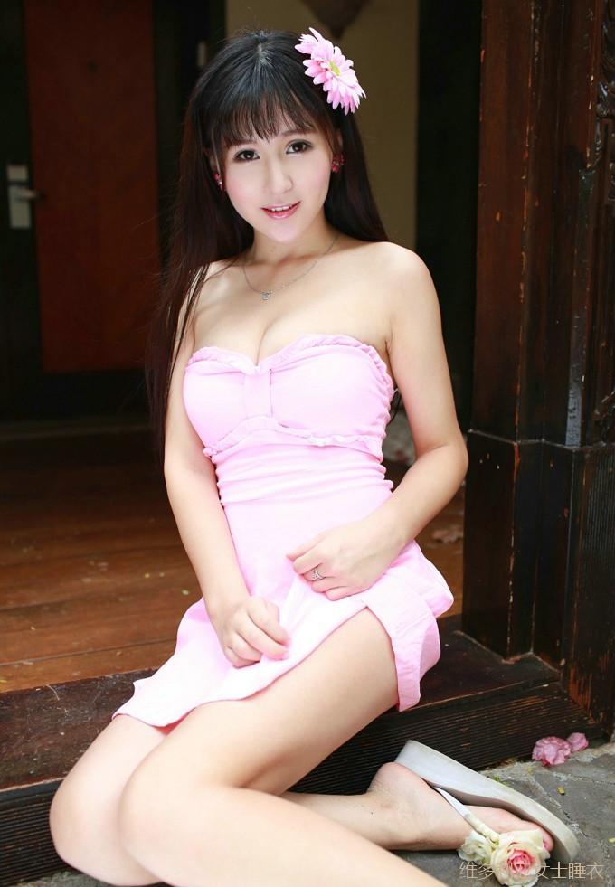 穿搭粉色抹胸连衣裙的小姐姐一脸稚气, 骨感的身材不够女人味 1