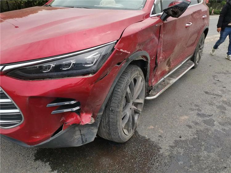 比亞迪唐被大眾速騰硬撞, 雙方車損成亮點, 車主: 買錯車真要命-圖2