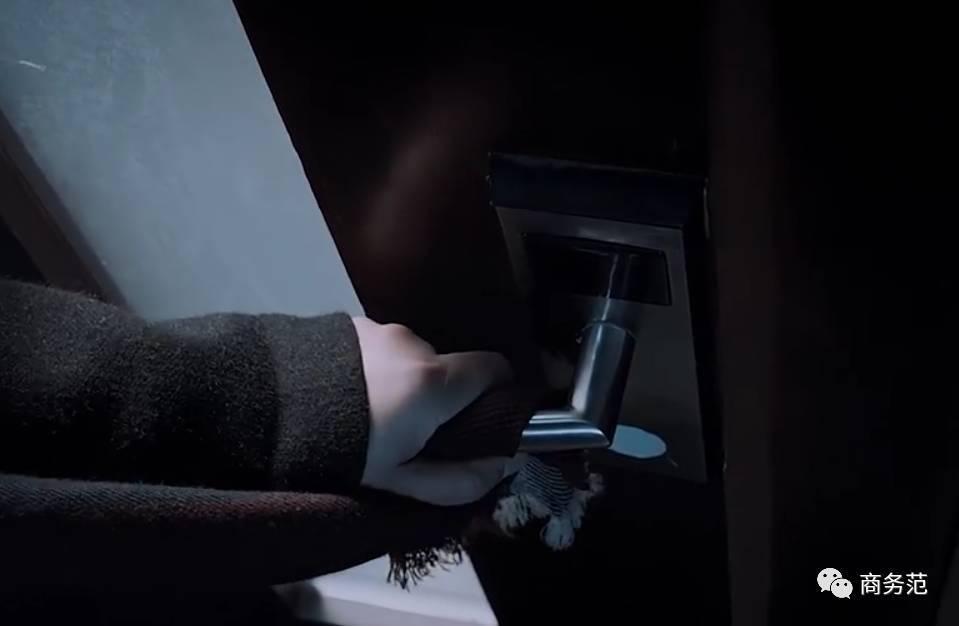 《白夜追凶》同款全扒光: 关宏峰爱穿黑白灰, 大哥喜欢大logo 11