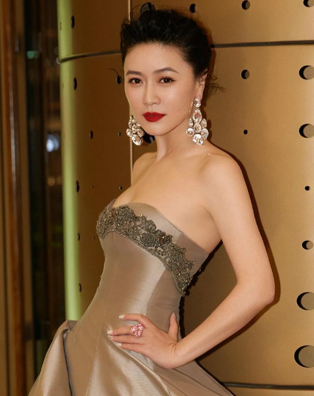 田海蓉的身材40+女人裡少有, 穿抹胸裙亮相華鼎獎, 側身真顯曲線-圖1
