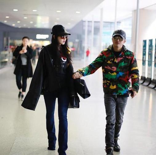 """冉莹颖夫妇手牵手现身机场, 脚上的""""踩脚裤""""亮了, 好幸福 1"""