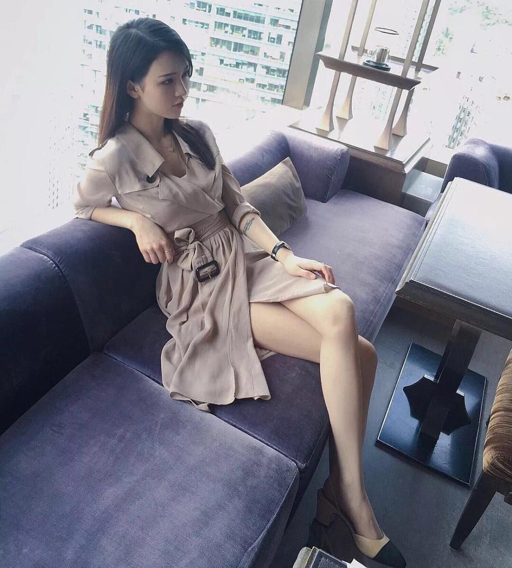 紧身包臀裙包裹好身材, 妹子的美背比大长腿吸引人