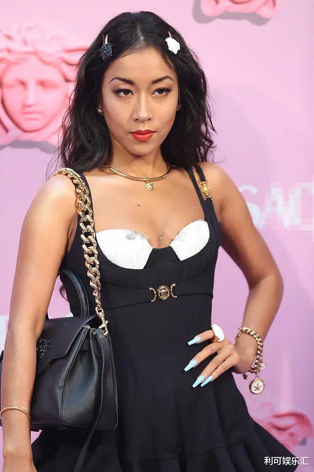 吳宣儀出席時尚活動造型被全網嘲, 網友吐槽稱: 她做到瞭土中最土-圖4