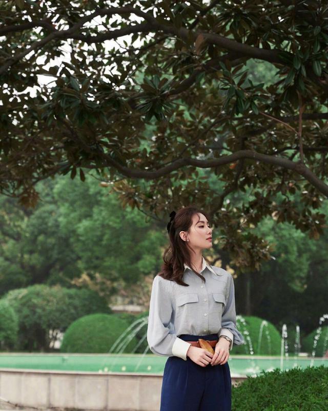 劉詩詩終於換造型瞭, 淺色襯衫搭配束腰長褲, 氣質也太颯瞭-圖2