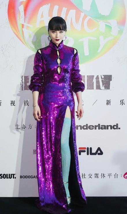 范冰冰造型又翻車! 紫色高開叉旗袍配驢蹄靴, 藍色網襪一言難盡-圖3