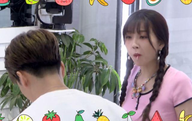 虞書欣吃果盤吃到撐,站起來看到肚子,女愛豆的真實身材讓人眼花-圖2