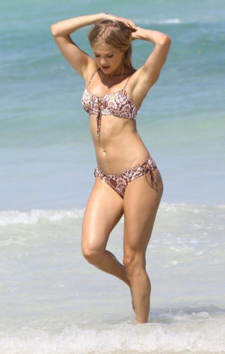 超模斯特拉·麦克斯韦迈阿密海滩飘逸拍照, 她的魅力无法阻挡