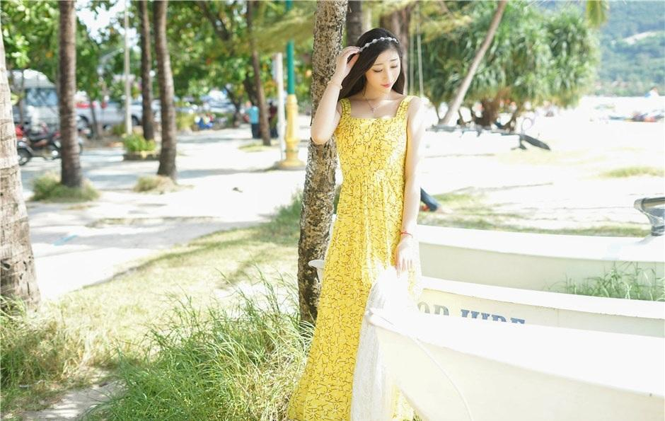 漂亮的小姐姐穿上黄色几何小花纹雪纺裙, 素颜的她却如此魅力十足 5