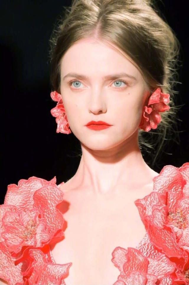 她可以说是仙女模特界的鼻祖了,真的是什么风格都能驾驭啊! 23