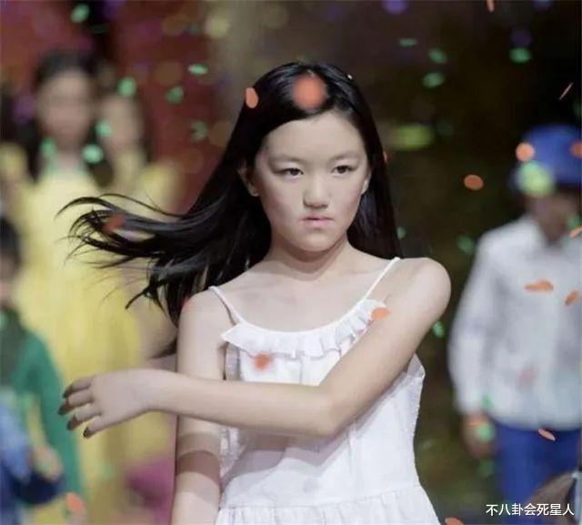 王菲女兒李嫣穿JK服, 14歲早熟露腰, 一個細節暴露她的不自信-圖9