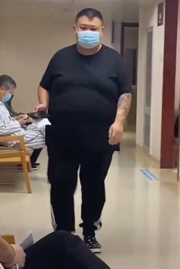嶽雲鵬搭檔孫越現身醫院, 獨自一人做手術, 穿短袖露出大花臂-圖5