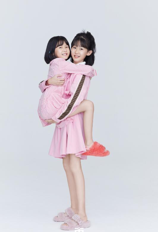 鮑蕾攜兩女兒穿親子裝拍照, 12歲貝兒眉眼長開和陸毅如復制粘貼-圖4