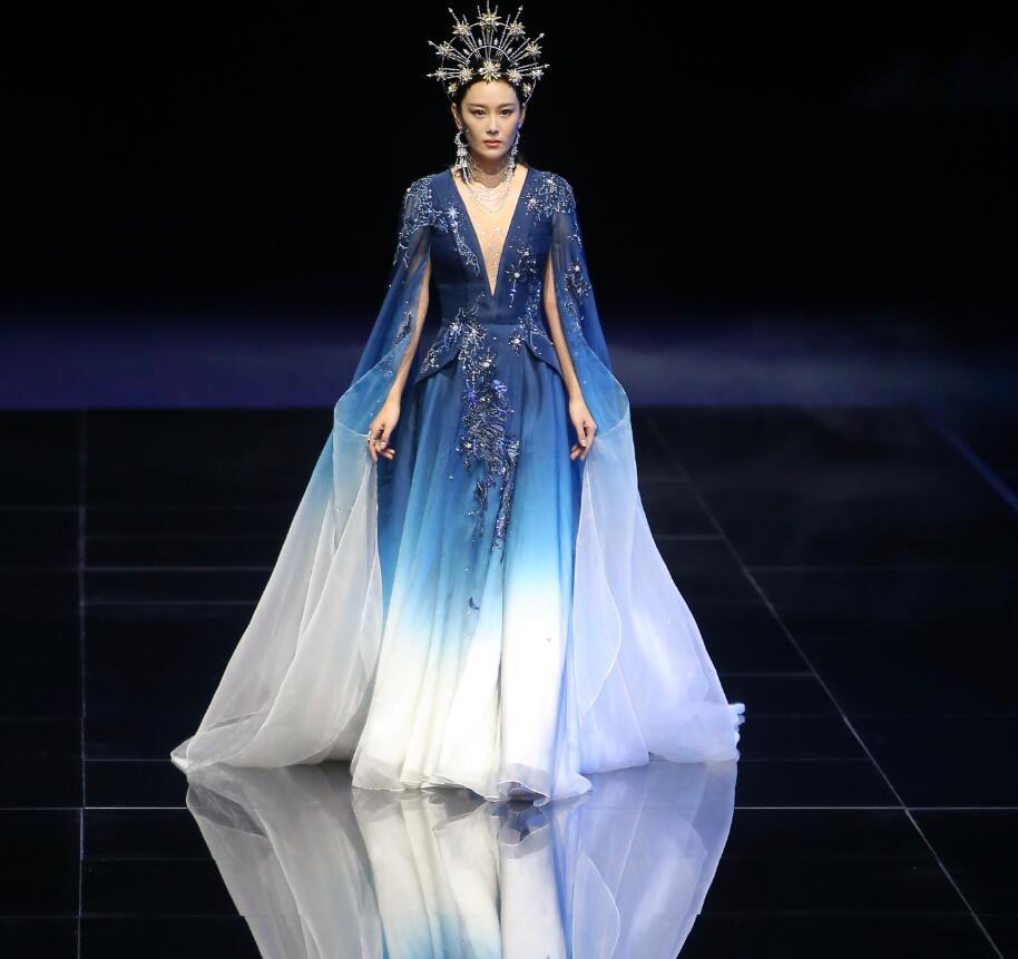張馨予首登舞臺走秀, 頭戴皇冠穿藍色紗裙優雅高貴, 艷壓范冰冰-圖8