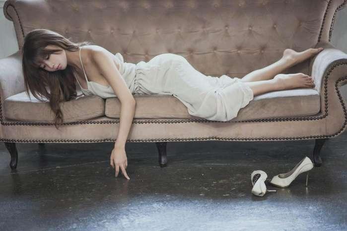 身穿淡白色连衣裙 出尘气质 2