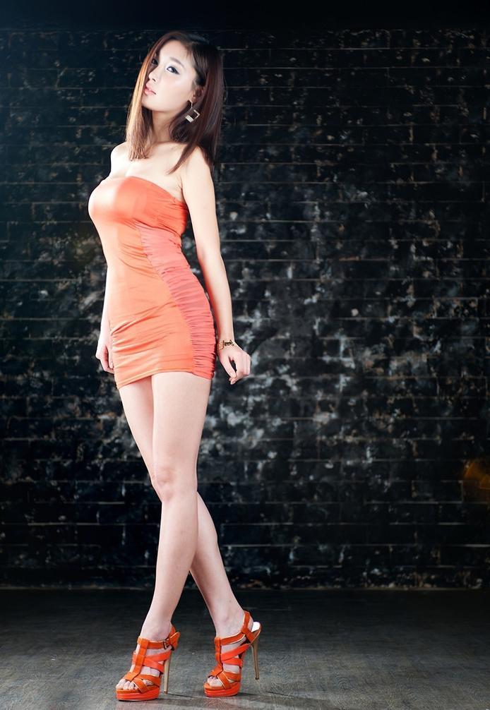 紧身裙女神优雅打扮, 穿上后成为时尚焦点 3
