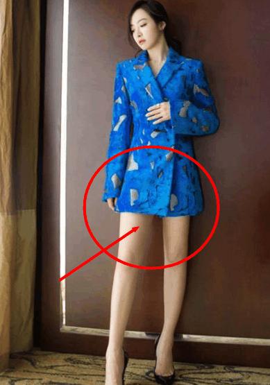 宋茜穿蓝色西装, 两个细节 被网友吐槽: 上没穿胸罩, 下没穿三角裤!