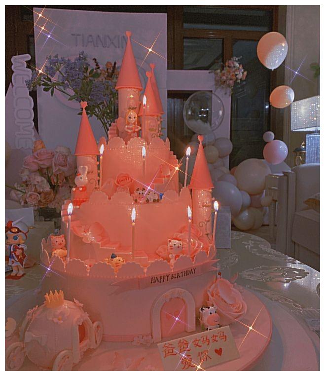 甜馨生日派對現場曝光 李小璐和女兒合影蛋糕上的字搶鏡-圖3