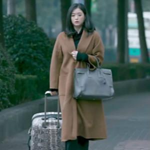 蒋欣又一次把身上的大衣穿火 , 确实洋气, 微胖女人照着穿准没错