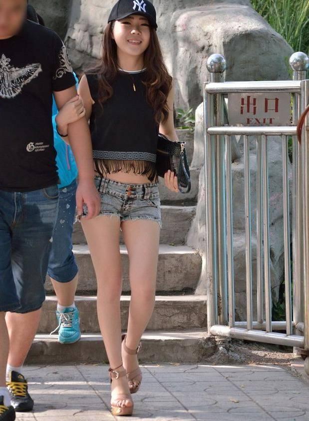 街拍: 一袭简单的包臀裙, 妹子姣好的身材就这样完美的展现出来了! 3