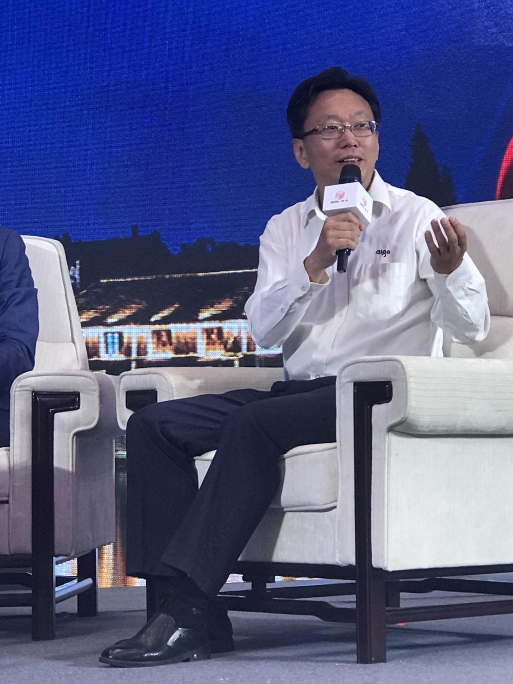 CCTV一镇一品高峰论坛 爱国者姜钧凯签约品牌合作